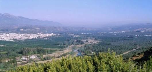 Sparta im Tal des Eurotas. Im Hintergrund das Taygetos-Gebirge