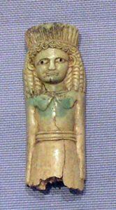 Elfenbeinvotivplättchen mit dem Abbild der Artemis Orthia aus dem Heiligtum in Sparta (Quelle: Wikipedia)