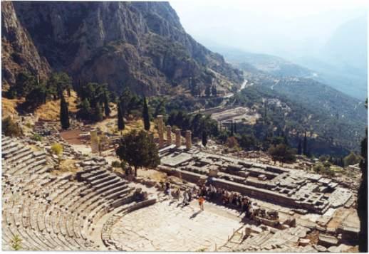 Delphi: Blick über das Theater und den Apollontempel ins Tal