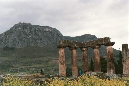 Korinth: Blick von der antiken Stadt auf die Stadtburg Akrokorinth