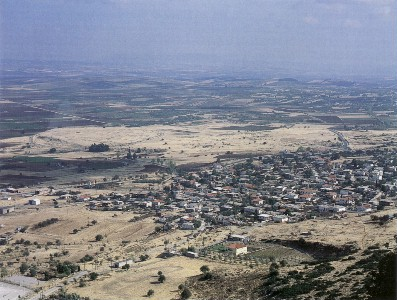 Plataia: rechts dias moderne Städtchen, links dahinter die antiken Ruinen, dahinter das Schlachtfeld